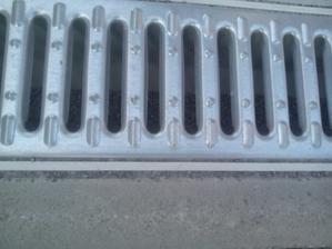 Detail vyšpárovanie pri odvodňovacej mriežke