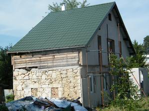 Pohľad na dom, kde vidno ako bol dom pôvodne stavaný. Spodok kameň, vrch drevená nadstavba.
