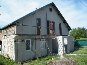 Na priečelí domu už čiastočne nalepený a zasieťkovaný polystyrén