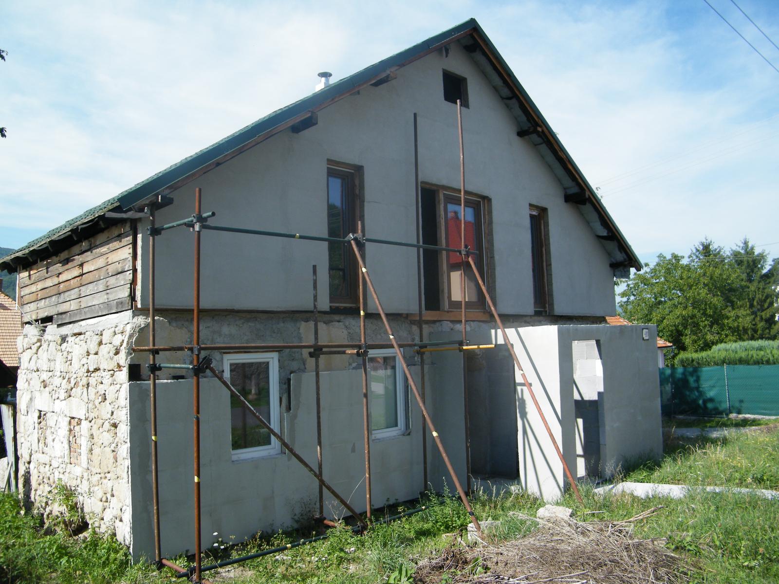 Aj takto sa rekonštruuje... - Na priečelí domu už čiastočne nalepený a zasieťkovaný polystyrén
