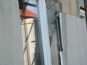 """Detail plastového okna a """"vyrovnávynie"""" fasády. Polystyrén popodkladaný kadejakými kúskami dosiek...."""