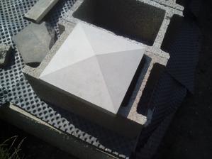 V sobotu som doniesol betónové striešky, ktoré som si dával vyrábať a budem ich dávať na plotové stĺpiky. Stĺpik má rozmer 20x20cm strieška 30x30cm