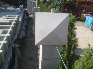 V strede budem musieť opatrne navŕtať diero priemeru 40mm, pre stredovú trubku, na ktorej hornej strane bude potom upevnené solárne osvetlenie.