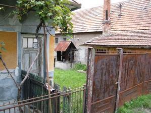 Pohľad do jedného z dvorov so studňou, ktorých je v obci veľmi veľa.