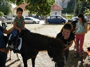 A po zaplatení sa vyberieme na tri okruhy na konskom chrbte. :o)