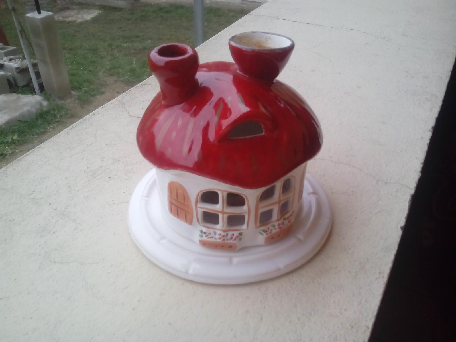 Kráľovstvo gombíkov (a aj všetkého iného) - Aj tento domček na sviečku a hore na nádobku na vonný olej. Však to je až smiešne, že sa to predáva za 3€