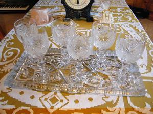 A ešte jeden skvost. Ručne brúsená súprava pohárov a podnos. Ťažké, ako vrece olova. :o)