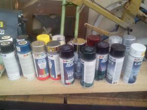 Kolekcia farieb pripravená na dnešné striekanie. :o)