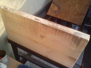 Potom pekne jednu dosku k deruhej som ukladal do konštrukcie horného rámu stola.