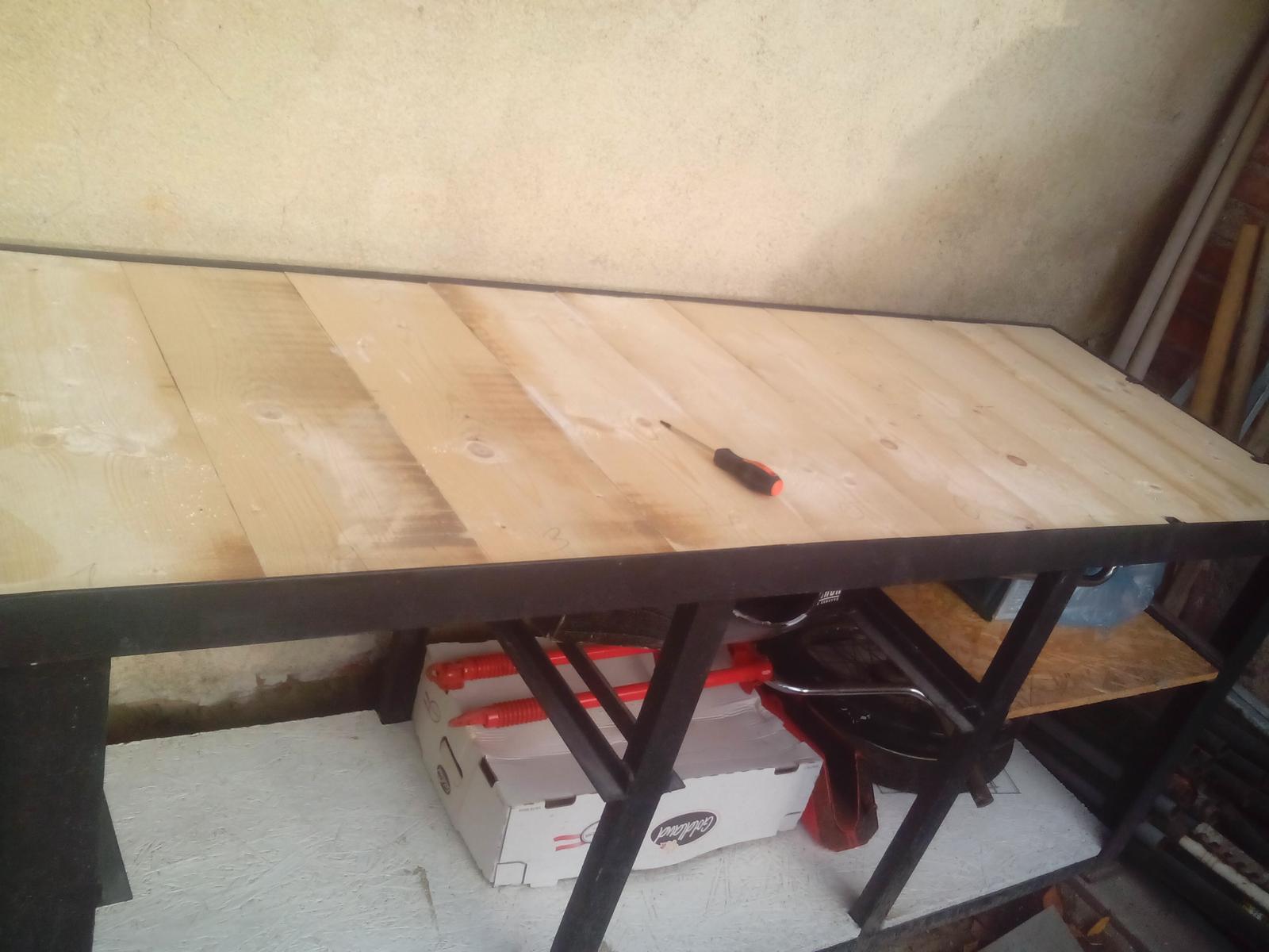 Pracovný stôl - ponk - Ponk rozmerov 200 x 70cm je na hornej strane vyplnený 50mm doskou.
