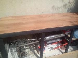 Finálny vzhľad hornej pracovnej dosky stola.
