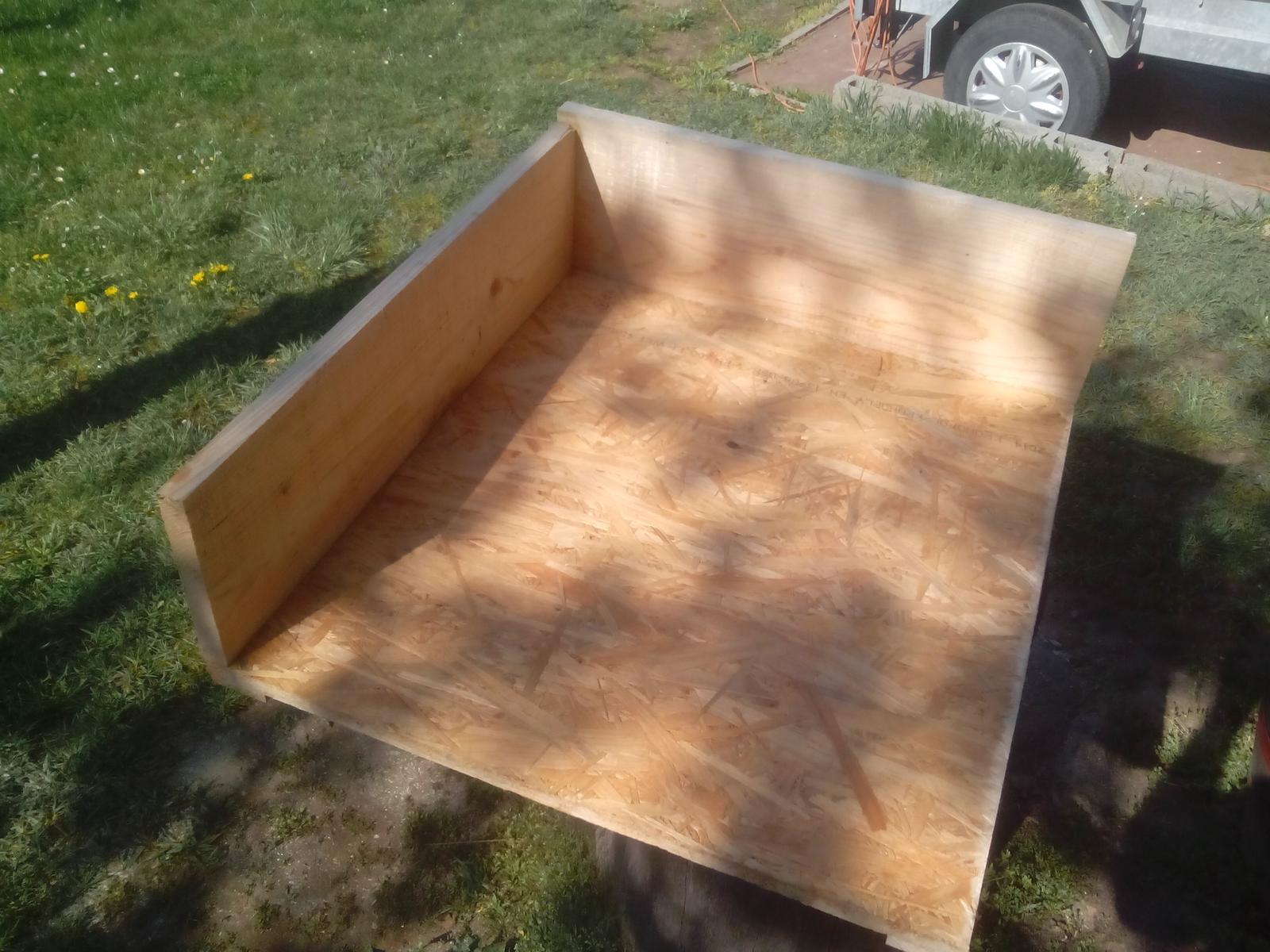 Pracovný stôl - ponk - Čelo a boky sú z pripravených dosiek, zoskrutkované a lepedlé vodostálym lepidlom.