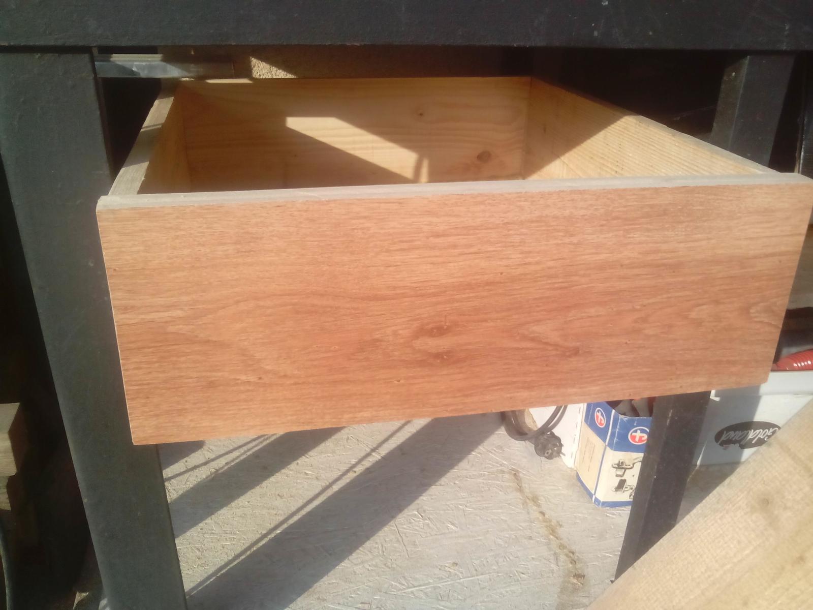 Pracovný stôl - ponk - Druhá zásuvka, ale zatiaľ ešte všetky bez koľajničiek. Ale časom budú...