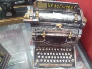 Ten písací stroj je úžasný. Šírka, asi 15cm.