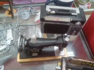 """No a tento šijací stroj tiež nemá chybu. Je to tiež taká miniatúrna """"replika"""" široká asi 12cm"""