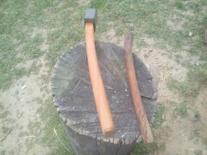 Viete, prečo je to porisko zahnuté? Lebo je to stará drevorobačská sekera, ktorá sa používala na odhaluzovanie spílených stromov. a podľa zahnutia rúčky dokonca vraj pre ľaváka.