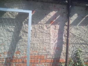 """Tak som sa pustil do otĺkania omietky zo """"škaredého plota"""" Nie, že by to išlo ľahko. Okrem toho vonku pečie slnko a práši sa z toho, ako v bani. :o)"""