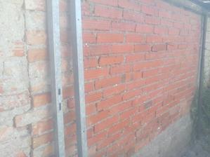 Dnes len čo sa roztopila ranná námraza (boli -3°C) tak som drôtenou kefou vykartáčoval stenu a ešte raz opláchol wapkou. Som zvedavý, ako to bude vyzerať, až to vyschne.