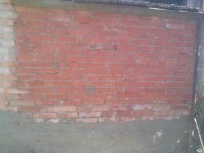 Na hornej strane múra som spravil hranu (zatiaľ iba na hrubo) a dole, kde končia tehly, som hodil na stenu cementový špric. Tú spodnú stranu o,ietnem a spravím tam lavičku buď na sedenie, alebo na kvety a dekorácie.