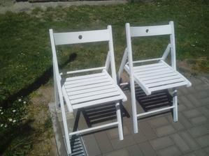 Včera som tieto dve staré drevené stoličky ošmirgľoval a nastriekal bielou farbou. Ešte neviem, či ich použijem na sedenie, alebo ako stojany pre nejaké pekné ťahavé kvety v črepníkoch. :o)