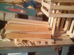 Tak sa mi to zapáčilo, že som si na zajtra narezal drevo ešte na štyri bedničky. :o)