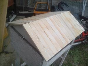 """Plné debnenie na celej streche je hotové, teraz sa bude """"pokrývať"""" :o)"""