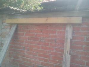 Po čase som sa dnes rozhodol vymurovať pekne do rovna horný okraj (rímsu) na tehlovom plote. Spravil som si pomôcku na murovanie. Žiadna sieťka, ako radil sused murár. :o)