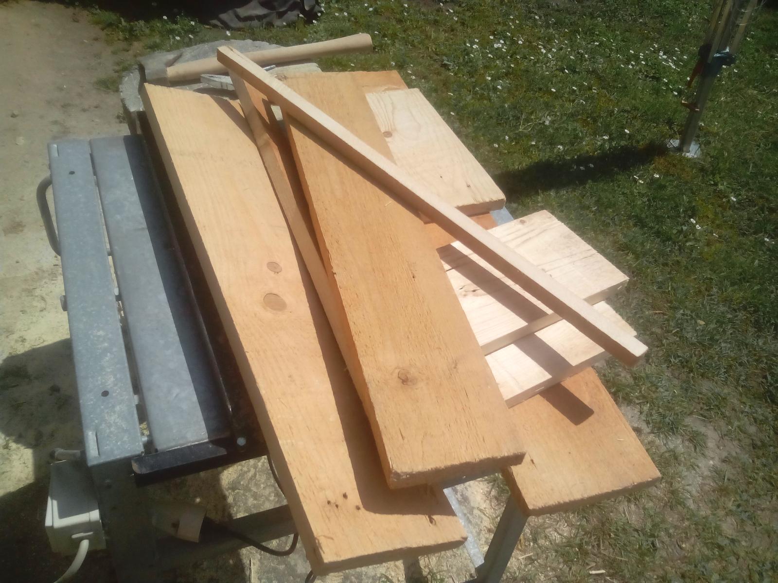 Ešte raz niečo zo zbytkov dreva - Narezal som zopár dosiek na rovnakú šírku, ale ešte stále som nevedel, ako budem pokračovať.