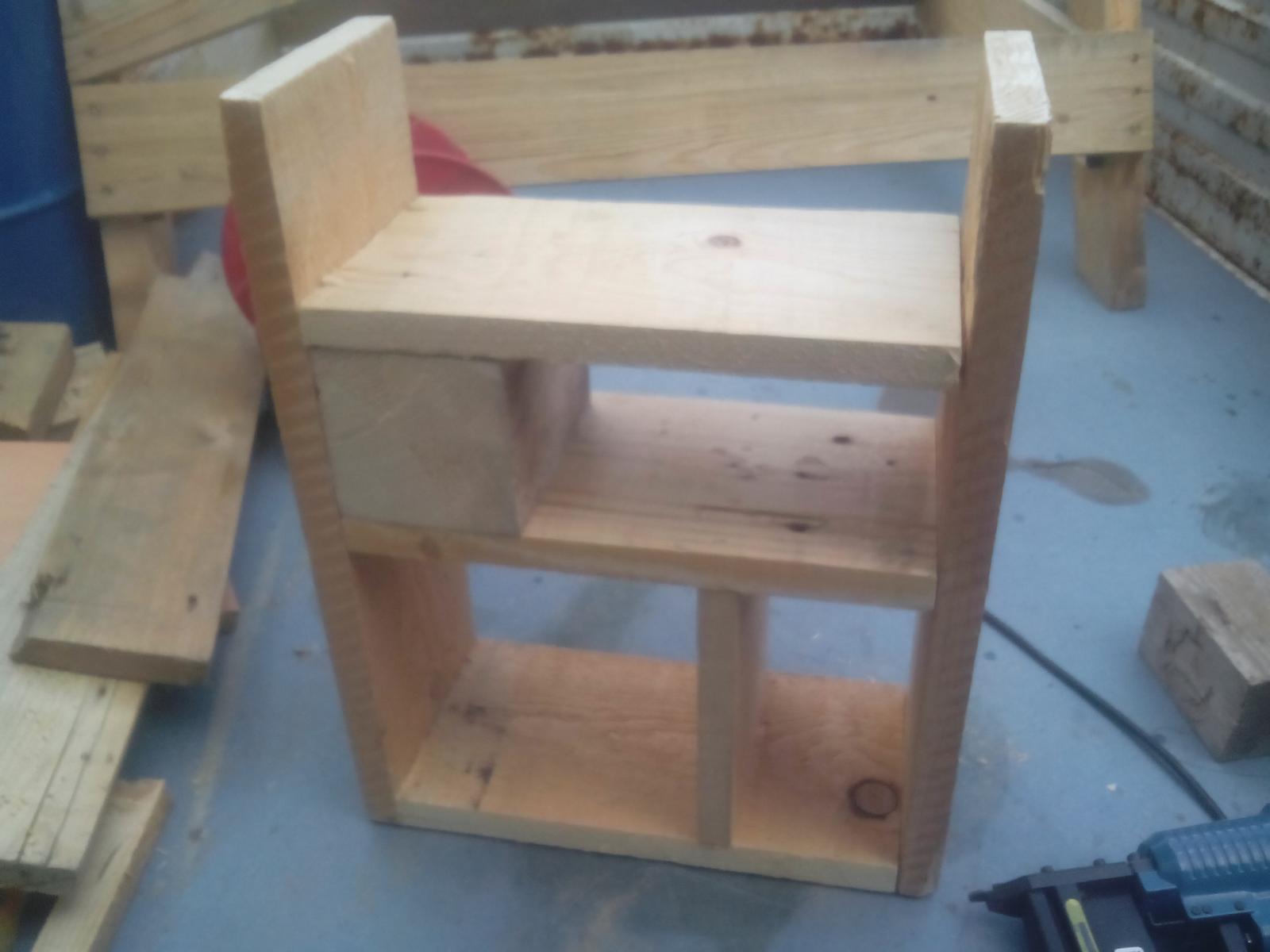 Ešte raz niečo zo zbytkov dreva - Aha... už sa tu niečo začína rysovať. :o)