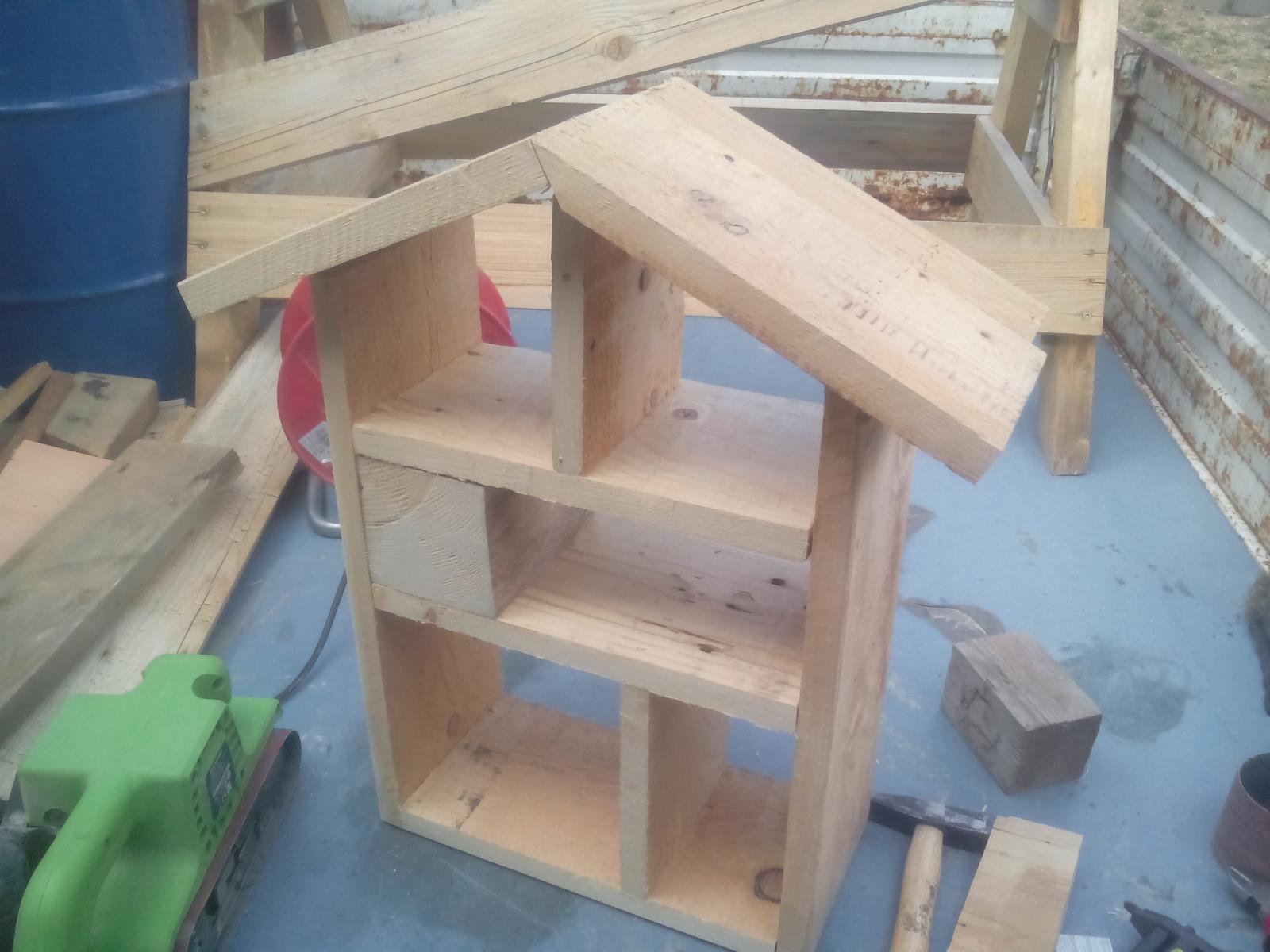 Ešte raz niečo zo zbytkov dreva - Už to má aj striešku... Už viete, čo to asi bude?
