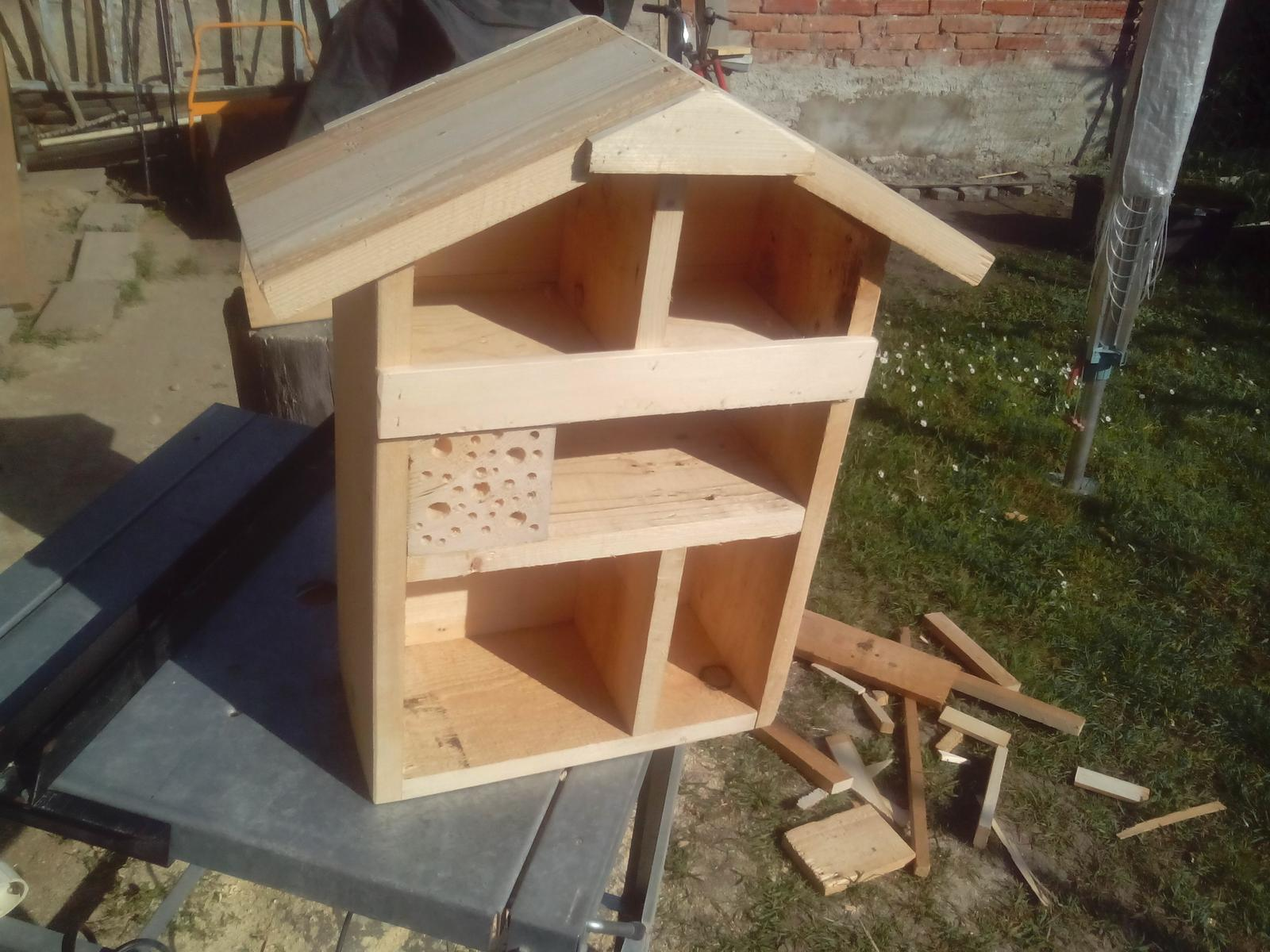 Ešte raz niečo zo zbytkov dreva - Už sa to začína na niečo podobat. :o)