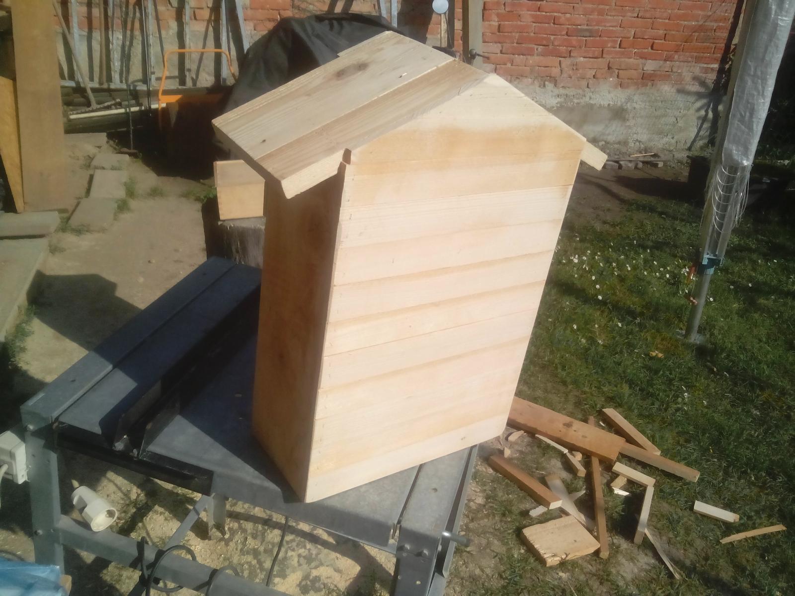 Ešte raz niečo zo zbytkov dreva - Aj zadná strana musí byť pekne spravená. Ani taký detail sa nesmie odfláknuť. :o)