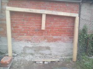 Iba kvôli predstave som ešte nezložený základný rám postavil k stene. Horný trám bude pod horným okrajom, ktorý som domuroval a zvislé stojky budú priskrutkované o múr. Problém bude dať všetko do roviny, lebo ten múr je tak strašne krivý, že až... :o