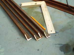 Pripraviť na zváranie . zrezať v rohoch pod uhlom 45°