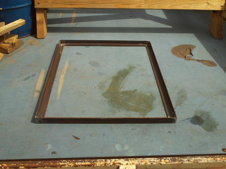Pozváraný základný rám bude tvoriť spodnú stranu údiarne a má rozmer 70 x 50cm. Výška úduarne bude cca 1m.