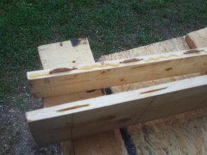 Na ytyčných plochách nanesené lepidlo na drevo (Soudal D4, ktoré je odolné voči vlhkosti a trvalému styku s vodou)