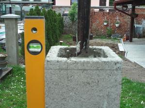 Zabetónované, kolmo ako sa patrí. Keď zatuhne betón, už len podľa naznačenej čiary zrezať 2,5cm z výšky a osadiť betónovú čapicu.