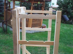 Tu v tých výrezoch budú uložené drevené tyčky a nich budú visieť klobásy. (už aby to bolo...)