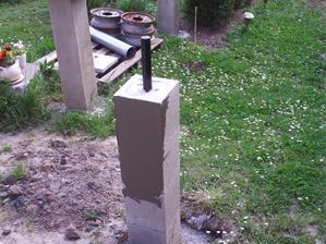 Sobota 21.5. už druhý deň som seknutý v krížoch tak, že chodím zohnutý do pravého uhla. Nevydržím bez roboty, tak aspoň niečo ľahké som porobil. Najprv omietka na plotový stĺp.