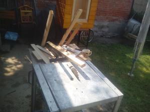 Dnes ráno som začal pílením dreva na potrebné rozmery. Dvere, vrchný rám a strešná konštrukcia...