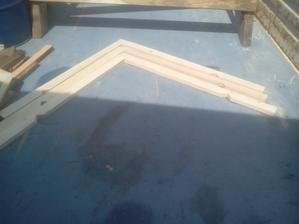 Pripravené tri strešné krokvy, ktoré budú tvoriť základ budúcej strechy.