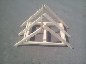 Základná konštrukcia strechy provizŕne zlepená a zafixovaná proti pohyvu.