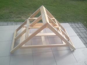 Konštrukcia strechyuž aj s latkami na pripevnenie tatransjého profilu a v hornej časti som spravil ešte jedne priestor na údenie niečoho na hliníkových podnosoch.