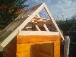 Konštrukcia strechy provizórne položená na údiarni. Už len obiť tatranským profilom a natrieť.