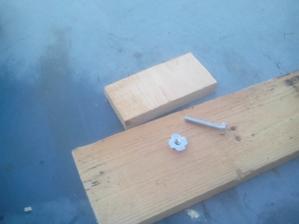 Zhotovenie mechanizmu zatvárania hprnej komory údiarne začalo výberom odpadového dreva, skrutky a matice do dreva.