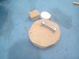 Najprv som vyrezal dva kruhy z dreva na mechanizmus zatvárania a drevený hranol na protikus zatvárania.