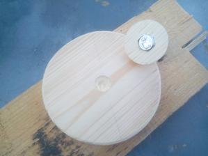 Šesťhranná hlava skrutky je zalisovaná do menšieho kruhu a obidve časti sa spolu zlepia, čím získam kruhovú rúčku s pevne uchytenou skrutkou.