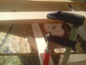Protikus zatvárania s vloženou maticou treba prilepiť na konštrukciu striešky údiarne.