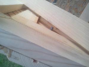 Zo zadnej strany vidno, ako skrutka upevňuje prednú stenu zatočením do matice. Čiže otvárať a zatvárať sa bude skrutkovaním predného kolieska.