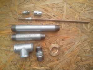 """Tieto všetky komponenty som kúpil v železiarstve (1/2"""" trubky, T-kus a upevňovacia matica) a v predajni súčiastok brzdová trubka priener 6mm, spojka a odvzdušňovacia skrutka. Cena za všetko necelých 5€"""